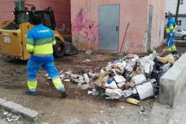 Una comisión de diferentes áreas del Ayuntamiento limpia periódicamente cinco fincas y espacios de Son Gotleu