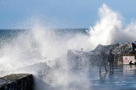 Dos personas mueren tras ser arrastradas por una ola en Guipuzkoa