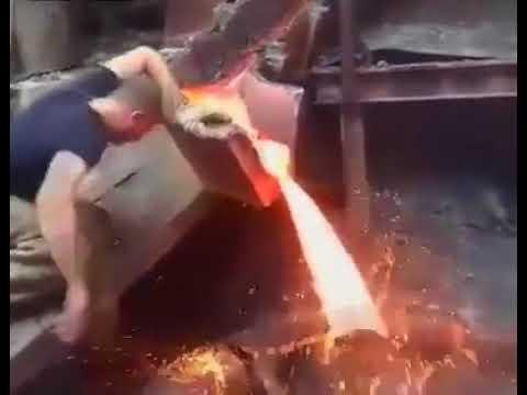 Un obrero mete la mano en un chorro de metal fundido sin quemarse