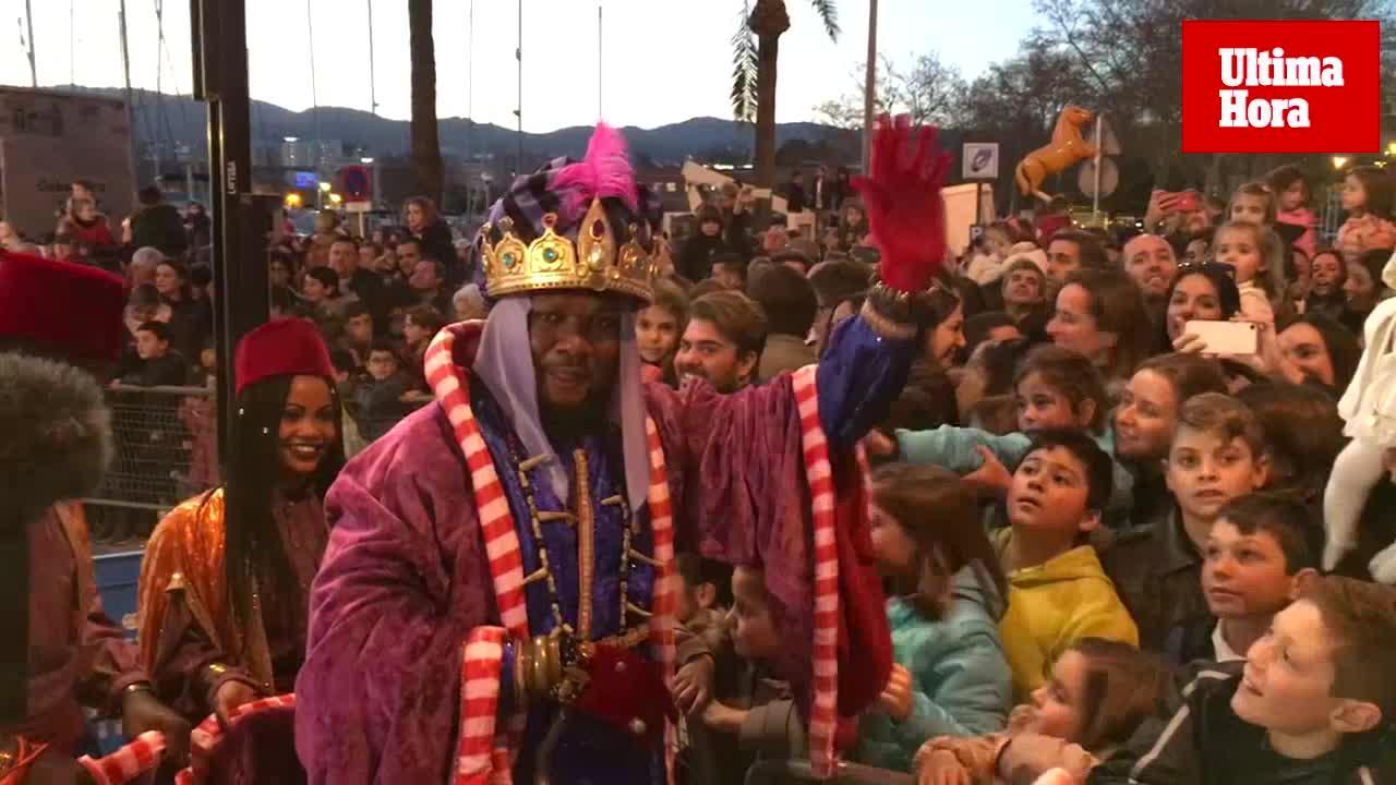 Color y magia en una concurrida y floral Cabalgata de Reyes
