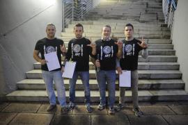 Recogida de firmas en Palma para la equiparación salarial entre policías