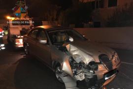 Un coche colisiona en Palma contra una farola, retirada por peligro de desplome