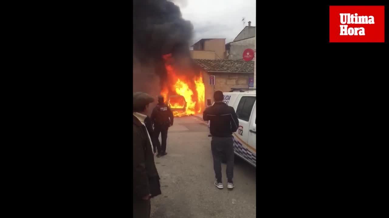 Arde un coche en plena calle en Andratx