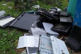 La Granja Escola Jovent denuncia el continuo abandono de trastos junto a su entrada