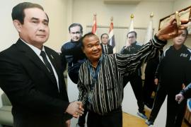 El líder tailandés evita a la prensa con un 'doble' de cartón