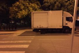 Invasión de la acera por los camiones