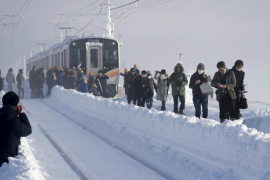 Cientos de personas atrapadas en un tren en Japón por la nieve