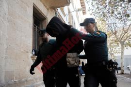 Prisión provisional sin fianza para el detenido por matar a su padrastro y apuñalar a su madre