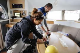 Instalación del primero de los tres hidrófonos que estudiarán el impacto del ruido sobre los delfines