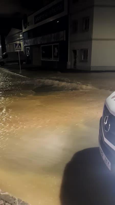 La rotura de una tubería inunda varias calles del polígono de Son Castelló