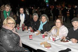 Los asistentes combatieron el frío con una torrada, a 7 euros el plato.