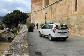 Las jardineras del Mirador de la Seu no impiden el aparcamiento de taxis
