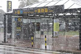 Copos de nieve en la terminal del aeropuerto de Menorca, aunque no hubo problemas en el tráfico aéreo