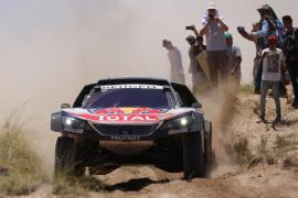 Carlos Sainz mantiene a raya a Peterhansel y está más cerca de ganar su segundo Dakar