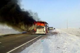 Un incendio en un autobús deja 52 fallecidos en Kazajistán