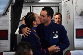 El papa Francisco casa a una pareja con dos niñas en pleno vuelo
