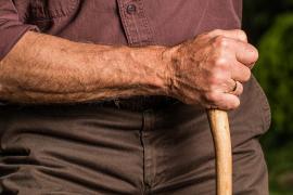 Una mujer hizo creer a su abuelo que padecía un tumor cerebral