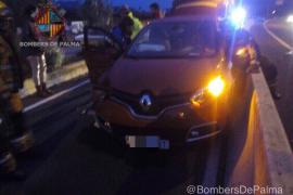 Rescatada una conductora atrapada tras un accidente junto a Son Espases