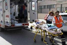 Rescate de un menor herido grave al caerse de una portería en un instituto cerrado de Palma