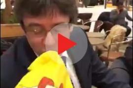 Puigdemont, grabado besando la bandera española... dos veces