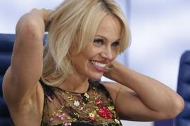 Pamela Anderson ve a Julian Assange como «un genio» que intenta «ayudar a la humanidad»