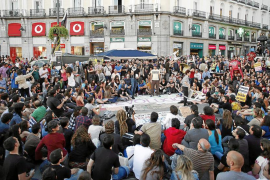 El Movimiento 15-M acampa en Madrid pidiendo un cambio político y social