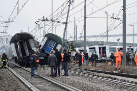 Tres muertos y más de un centenar de heridos por el descarrilamiento de un tren en Milán