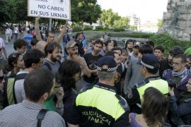 Partidarios de la 'democracia real' pasan la noche en la Plaça d'Espanya