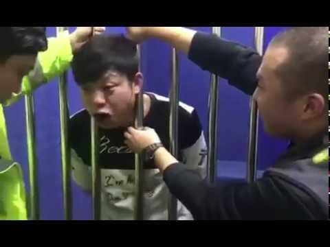 Un detenido por conducir borracho queda atrapado entre los barrotes de la celda