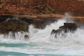Mallorca y las Pitiusas, en riesgo este domingo por lluvias y fenómenos costeros