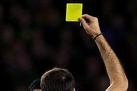 Retiran una tarjeta a un jugador por hablar por el móvil durante un partido