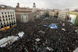 La protesta de los indignados crece y colapsa la Puerta del Sol a pesar de la prohibición