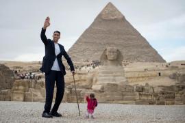 El hombre más alto del mundo y la mujer más baja posan juntos en Giza