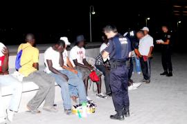 Un grupo de vendedores ambulantes agreden a un policía local en la Platja de Palma