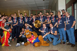 La selección española de balonmano desata la locura en Barajas