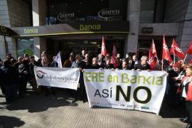 Un centenar de personas protestan en Palma contra el ERE de Bankia