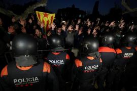 Tres manifestantes heridos y diez mossos contusionados en las cargas en el Parlament