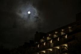 La superluna se deja ver en Baleares pero no el eclipse