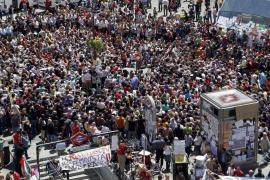 Miles de personas llenan por quinto día consecutivo la Puerta del Sol