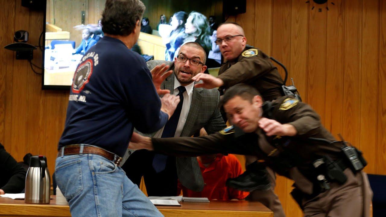 El padre de tres víctimas de Larry Nassar intenta agredirle en el juicio