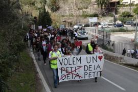Unas 200 personas se manifiestan en Deià contra la «especulación urbanística»