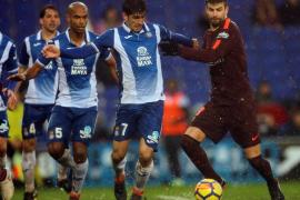 Piqué evita 'in extremis' la derrota del Barça en el derbi ante el Espanyol