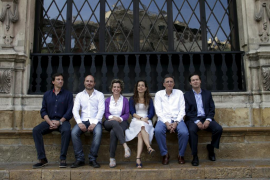 Los candidatos a Cort posaron ante la fachada del Ajuntament y se desearon «lo mejor»