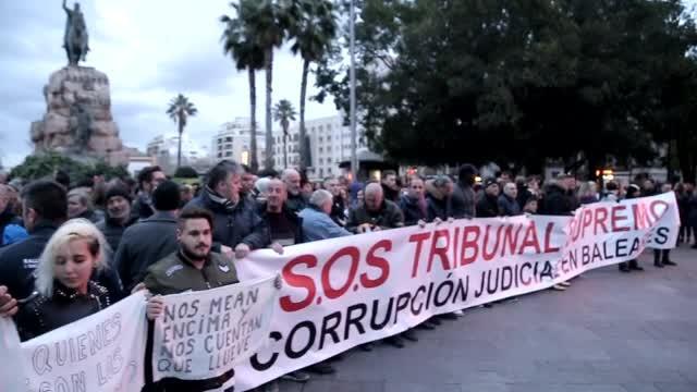 Más de 450 personas se manifiestan en Palma contra el juez y el fiscal del 'caso Cursach'