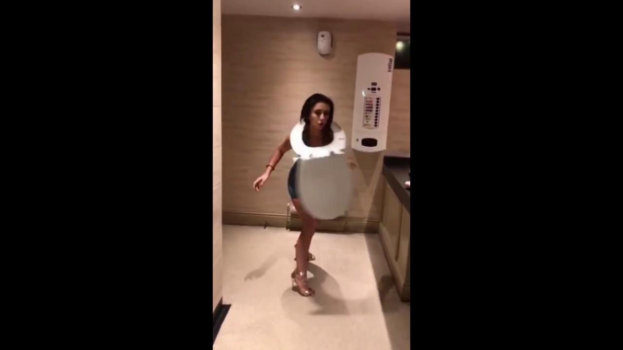 Cómo bailar con un 'hula hoop' en el váter de las chicas