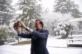 Rajoy se retrata en medio de la nevada del Palacio de la Moncloa