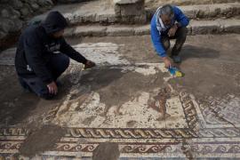 Arqueólogos israelíes desentierran un mosaico romano de 1.800 años de antigüedad