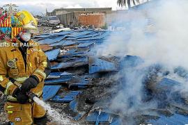 Los bomberos sofocan un fuego en Son Banya escoltados por la policía
