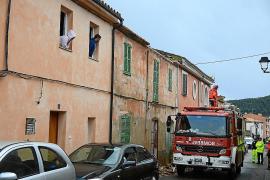Cae parte de la cornisa de una casa en Andratx y daña tres vehículos