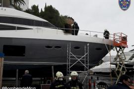 Cuatro intoxicados en el incendio de un gran yate en Puerto Portals